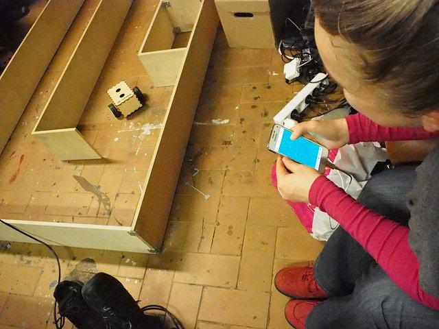 Robottia ohjataan puhelimella, vaan ei yksin. Ellei satu olemaan robotin luoja. Kuva: Helsinki Hack Lab